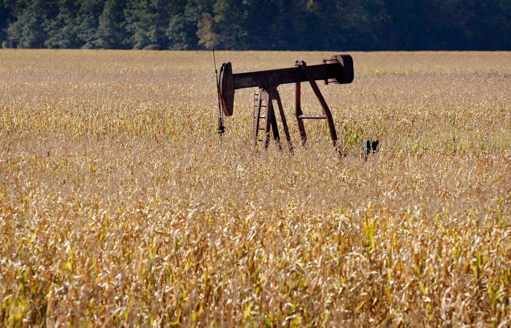An oil well in the middle of a corn field near Cottonwood, Illinois. Photo: Scott Olson/Getty Images